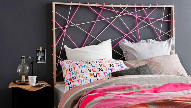 tutoriel pour fabriquer une tete de lit, entrecroisement de corde, de deux teintes diverses, coussin, linge de lit multicolore, mur couleur gris anthracite