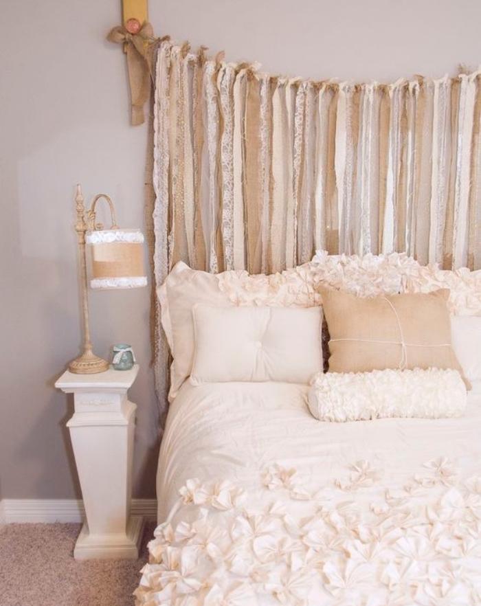 faire une tete de lit, des chutes de dentelle beige, blanche, linge de lit blanc et beige, mur couleur grise