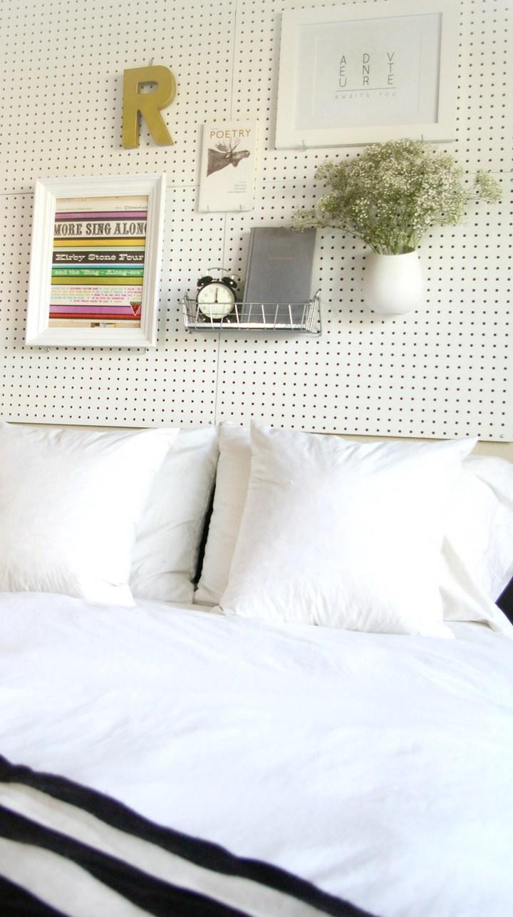 tete de lit a faire soie meme, idée diy deco chambre tableau perforé, decoration, tableaux et vase de fleur, etagere en métal, réveil et livre, lettre decorative, linge de lit noir et blanc