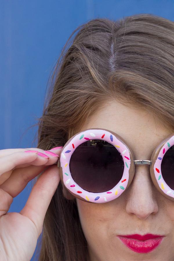 idée comment customiser ses lunettes de soleil, encadrement motif donut, rose décoré, activite manuelle adulte