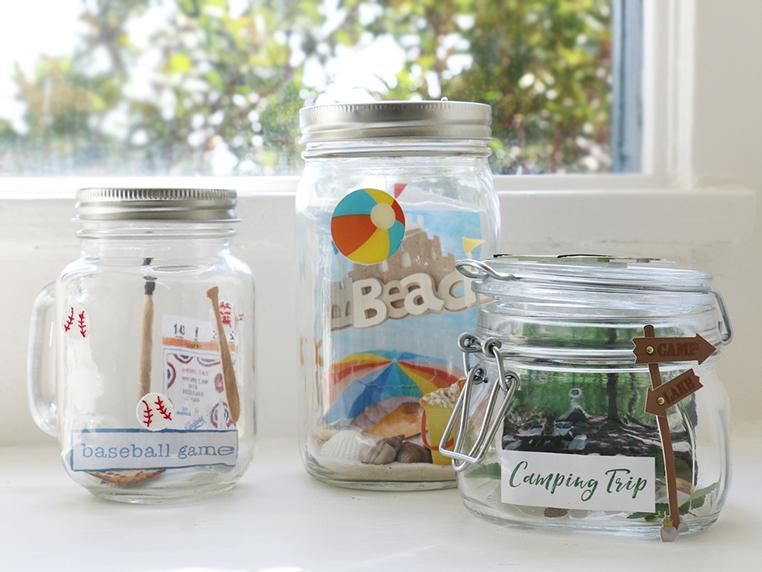 idée activités manuelles, bocal en verre, rempli de souvenirs des vacances, photos, objets, bricolage facile créatif