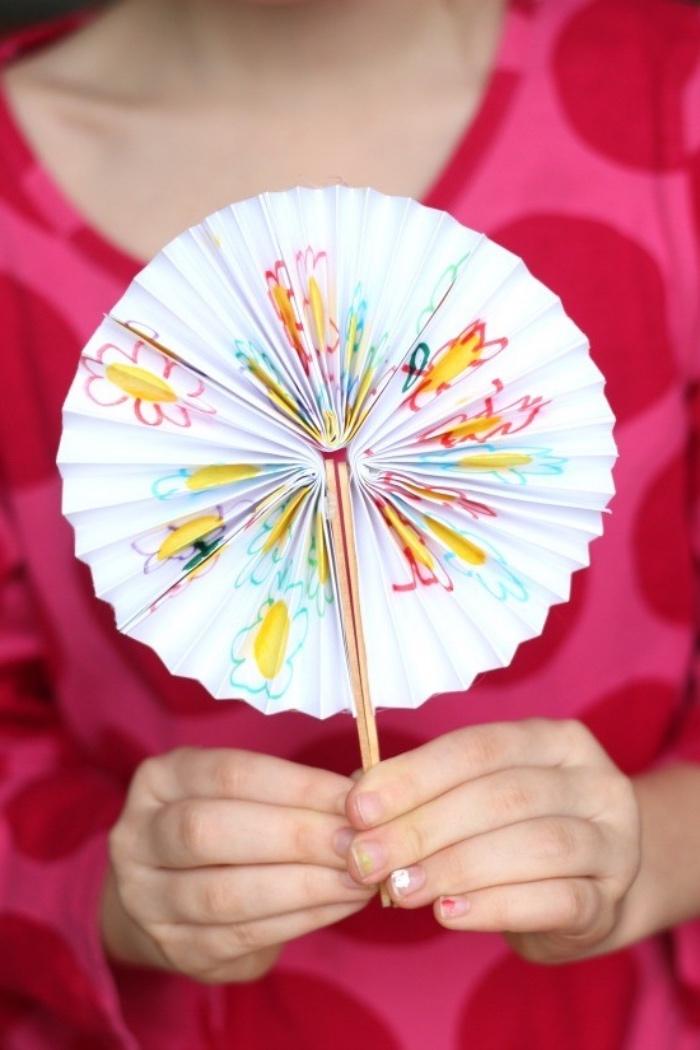 idée de bricolage enfant, activité manuelle primaire, dessin gribouilles enfant, comemnt fabriquer un éventail diy