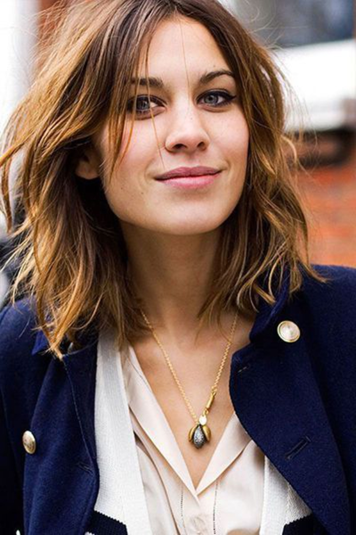 coupe mi courte, effet coiffé décoiffé, femme aux cheveux chatain clair, frange, carré flou