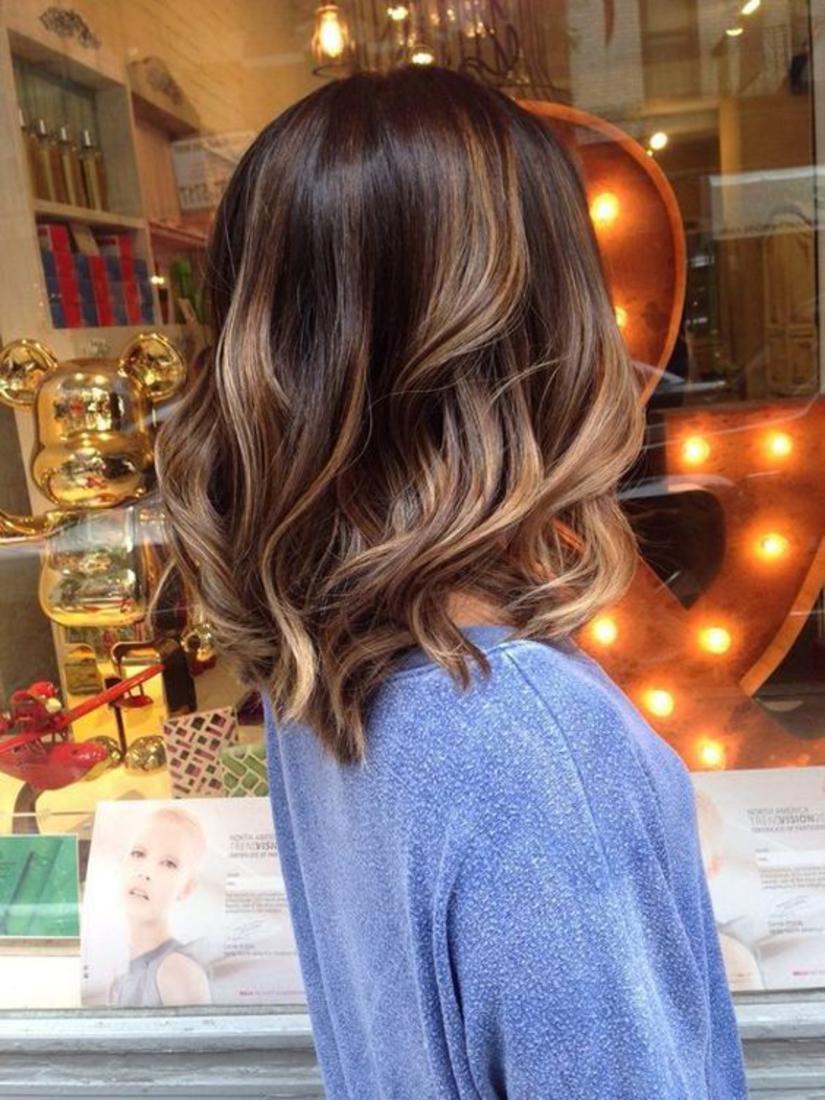 carré bouclé à ondulations légères, mèches plus claires, look femme élégante et féminin, balayage cheveux