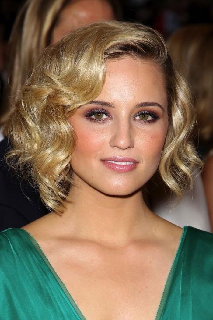 carré bouclé vintage chic, frange asymétrique, coupe femme courte plongeant dégradé, cheveux blond