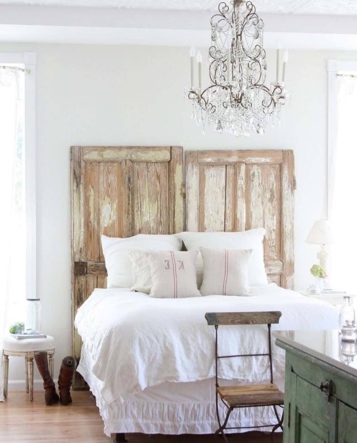 tete de lit a faire soi meme, portes de bois brut, aspct usé, linge de lit blanc, lustre élégant, meubles vintage, parquet clair