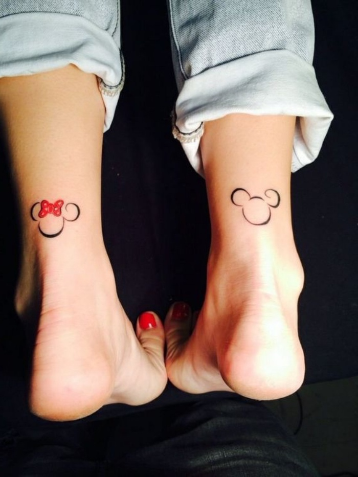 modèle de petit tatouage cheville, inspiré de l univers disney, mcikey et minnie mouse