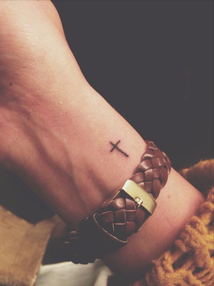 idée de tatouage poignet femme, tatouage petit croix simpliste, bracelet en cuir