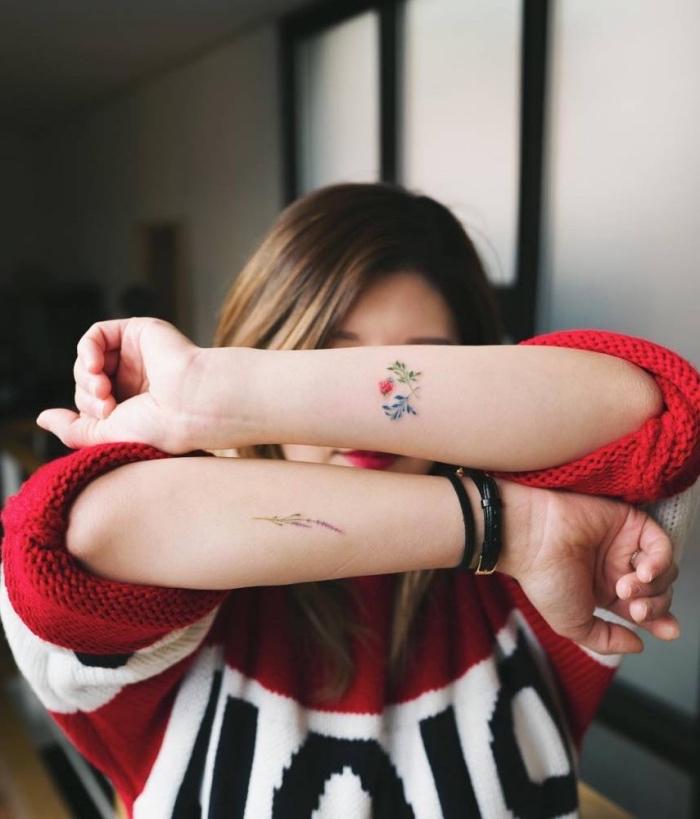 idée de petit tatouage femme sur l avant bras, motifs floraux, fleurs multicolores sur les deux bras
