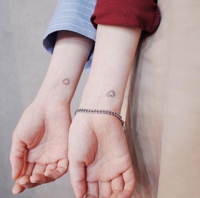 tatouage petit meilleure amie, coeur au poignet, idée de tatouage femme discret