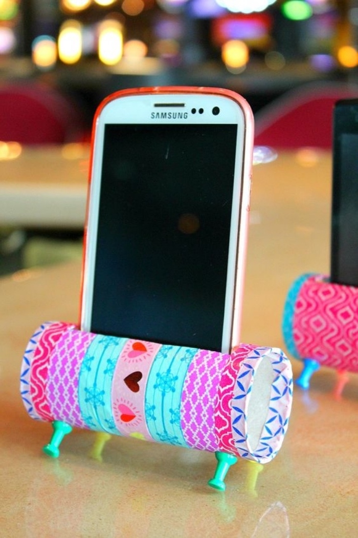 porte téléphone portable en rouleau de papier toilette, decoration washi tape, bricolage facile été, motifs joyeux