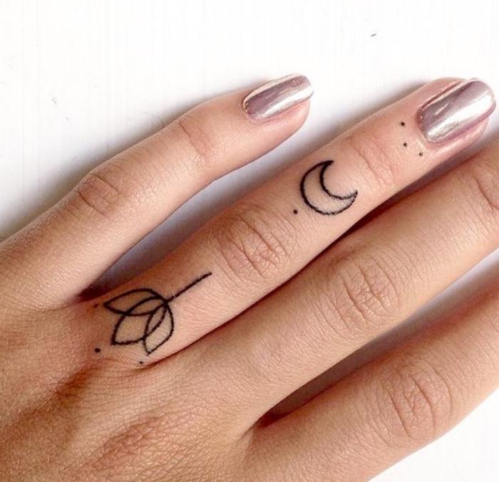 petit tatouage femme, doigt, phalanges, fleur, croissant de lune, simples points, idée de dessin encre noire