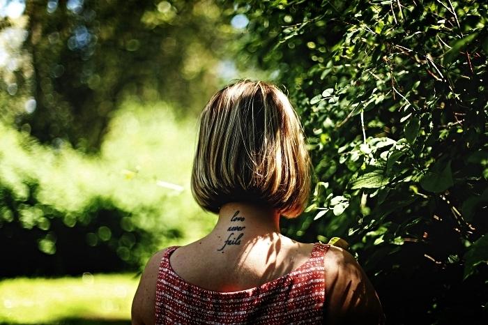 tatouage phrase inspirante sur la nuque, idée de tatouage feminine à la base de la nuque