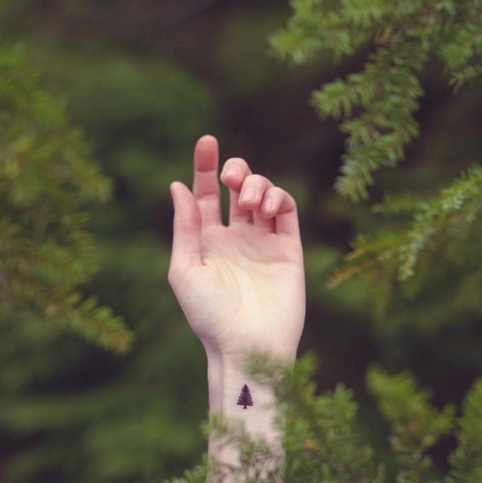 petit tatouage pour les amateurs de la montagne, du forêt et de la montagne, poignet, dessin sapin noir femme