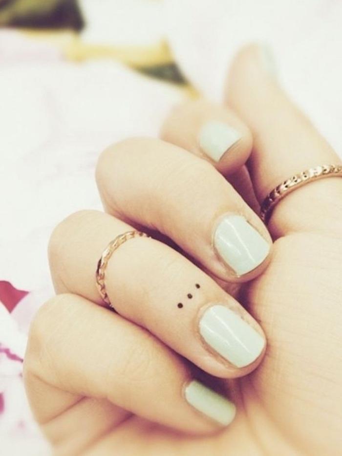 idée de petit tatouage femme, points de suspension, doigt phalange, design simple et épuré