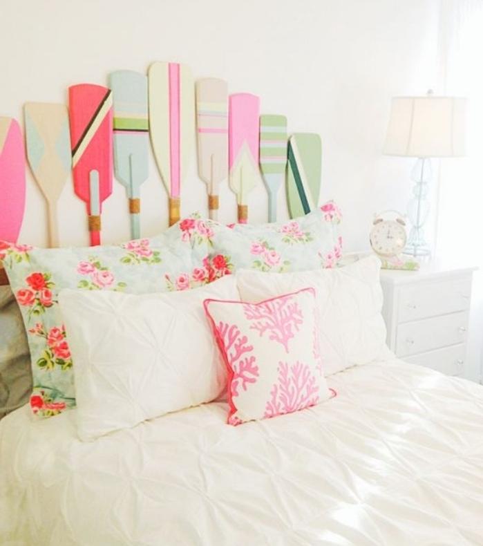 fabriquer une tete de lit en avirons colorées, taies d oreiller motifs floraux, shabby chic, linge de lit blanc, mur blanc