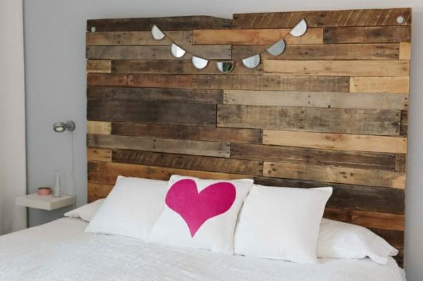 faire une tete de lit en palette à partir des planches d'une palette démontée, linge de lit blanc, coussin avec coeur rose