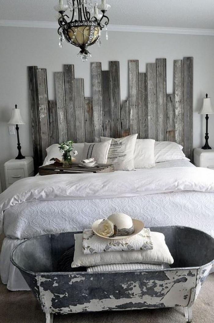 tete de lit en palette de bois, linge de lit blanc, lustre, bout de lit baignoire, tapis gris, bricolage intéressant, chambre campagne chic