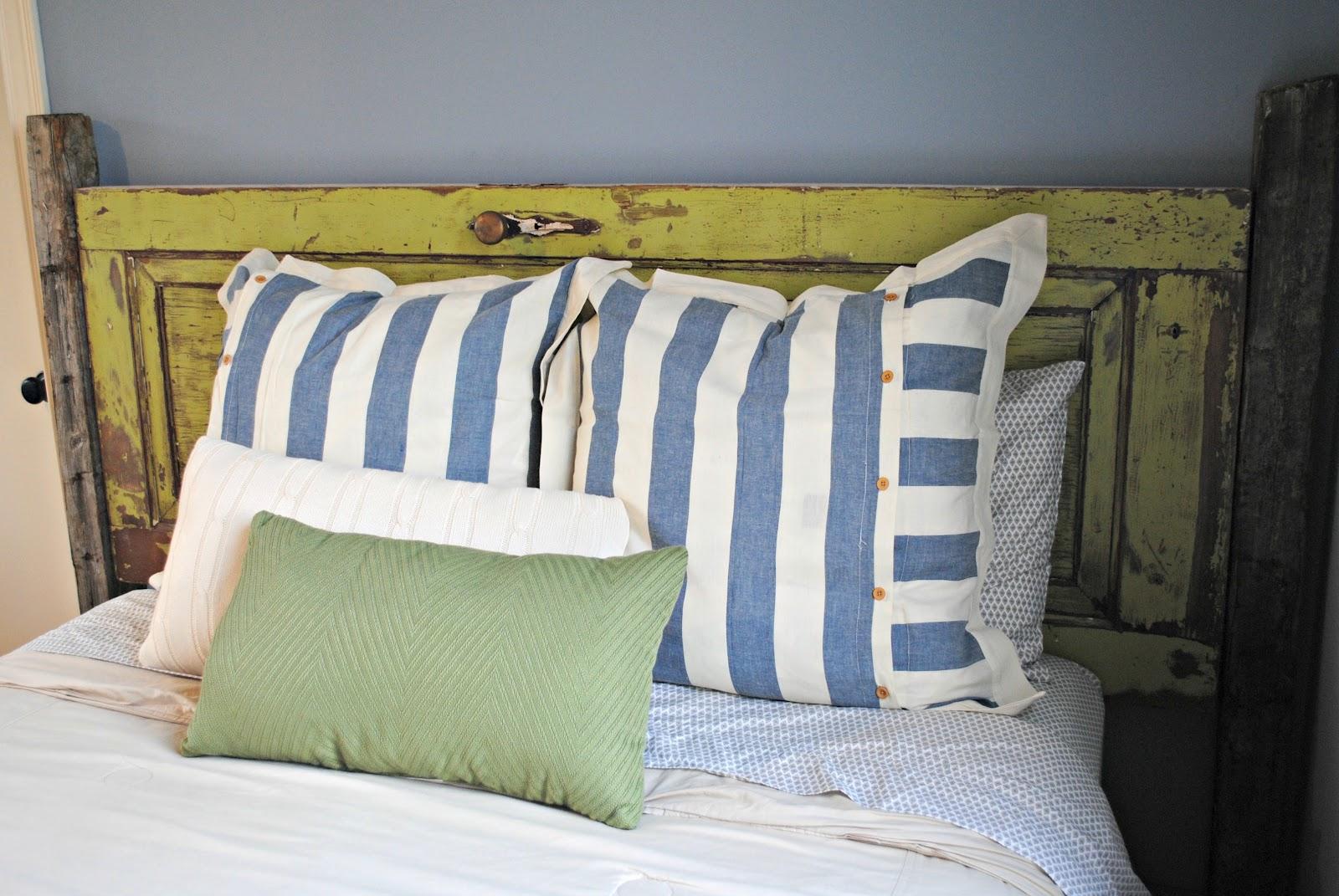idée pour fabriquer une tete de lit en porte bois brut usée, linge de lit blanc, vert et bleu, mur couleur bleue
