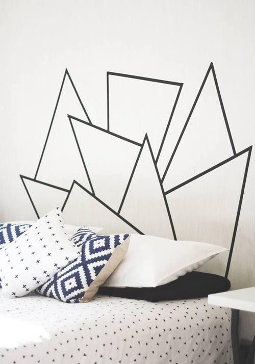 faire une tete de lit en washi tape, figures géométriques, linge de lit blanc, noir et bleu, diy deco chambre scandinave