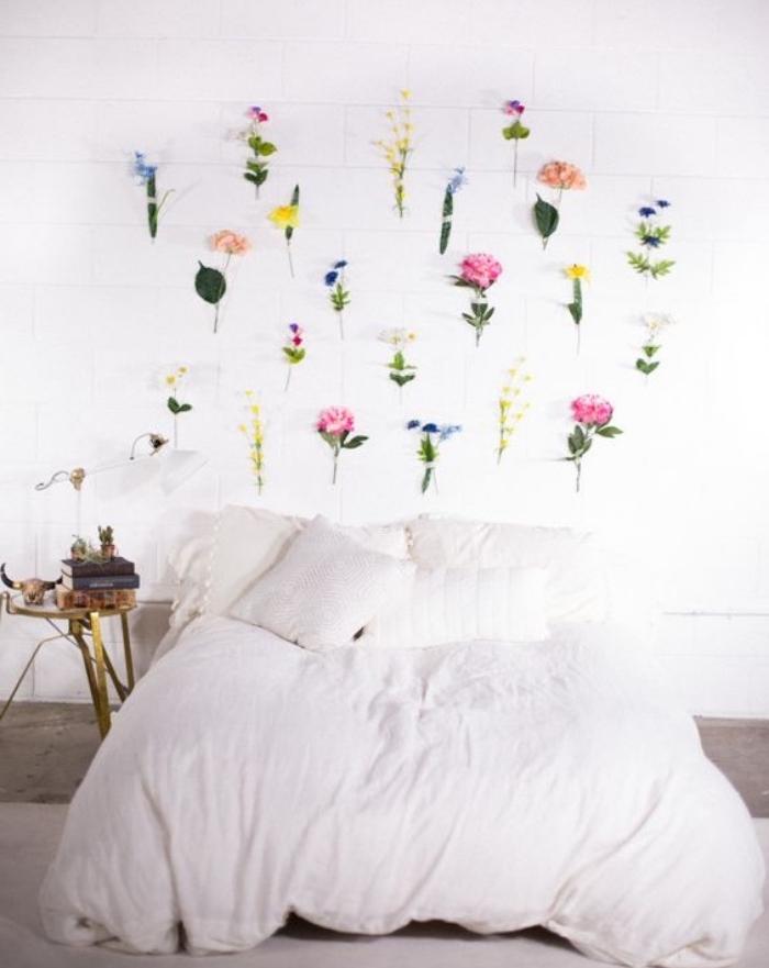 faire une tete de lit florale, des fleurs fraiches collées derrière un lit, linge de lit blanc, idée deco charmante