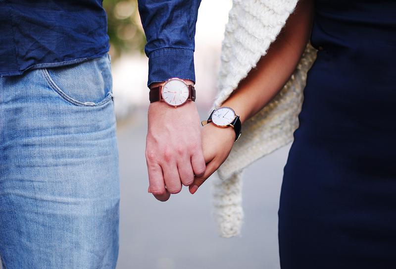 idée de modèle montre originale pour lui et pour elle, bracelet en cuir, design simple et épuré