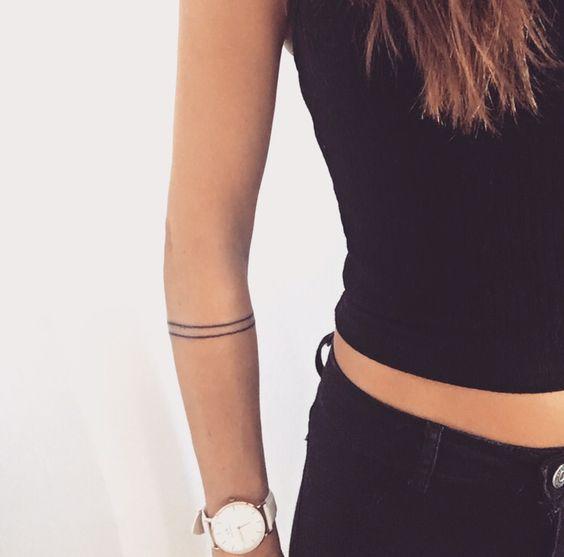 tatouage bracelet femme, deux bandes noires fines, idée de tatouage minimaliste et élégante