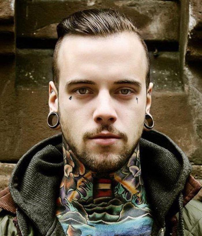 tatouage au cou couleurs nuque tatouée style old school hipster
