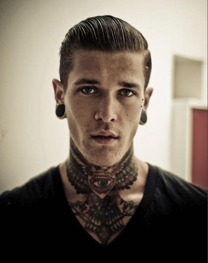 tatouage dans le cou homme hipster tattoo aigle gorge ailes nuque