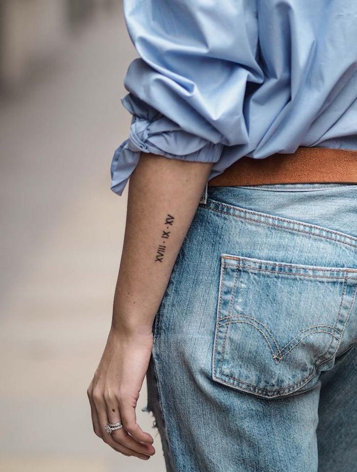 chiffre romain tattoo idée petit tatouage femme avant bras date de naissance