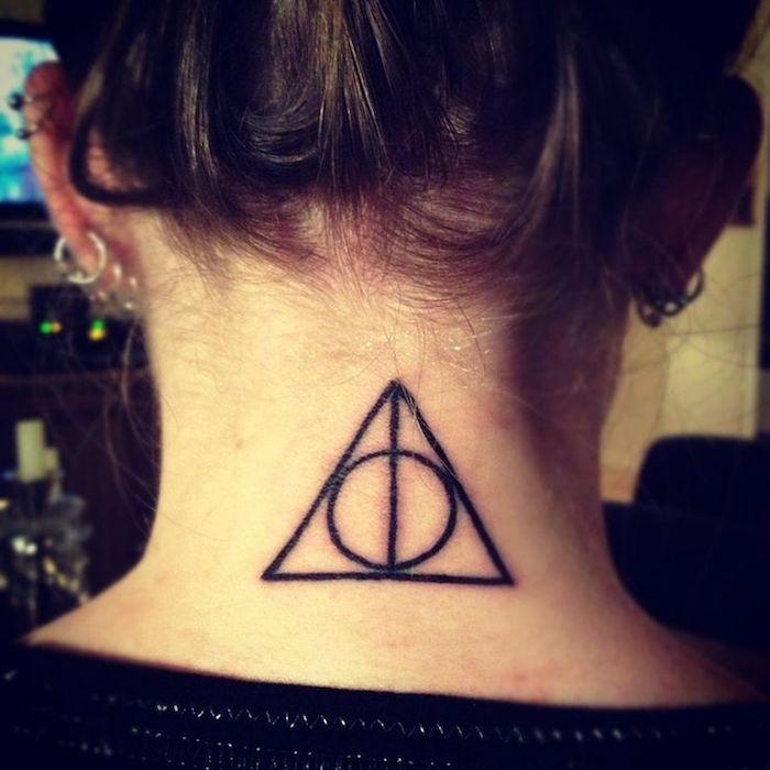 tatouage nuque femme idée tattoo cou feminin petit triangle géométrie
