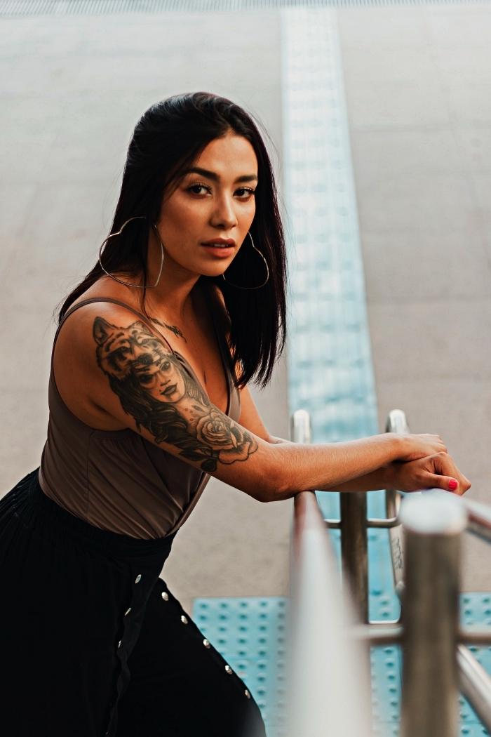 modele tatouage femme, loupe et rose à signification profonde, tatouage féminin