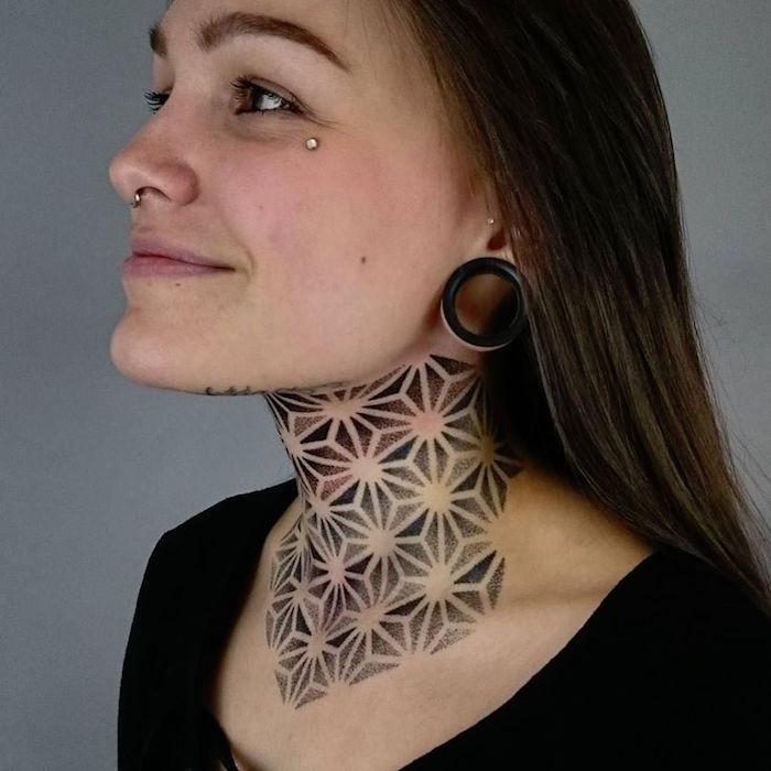 tatouage sur le cou femme tattoo mandala pointillés nuque poitrine dotwork