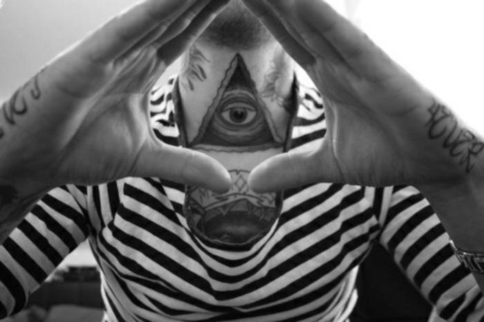tatouage sur le cou homme pyramide tattoo oeil illuminati sur la gorge