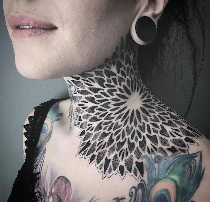 tatoo cou femme mandala rosace tatouage sur nuque et epaule