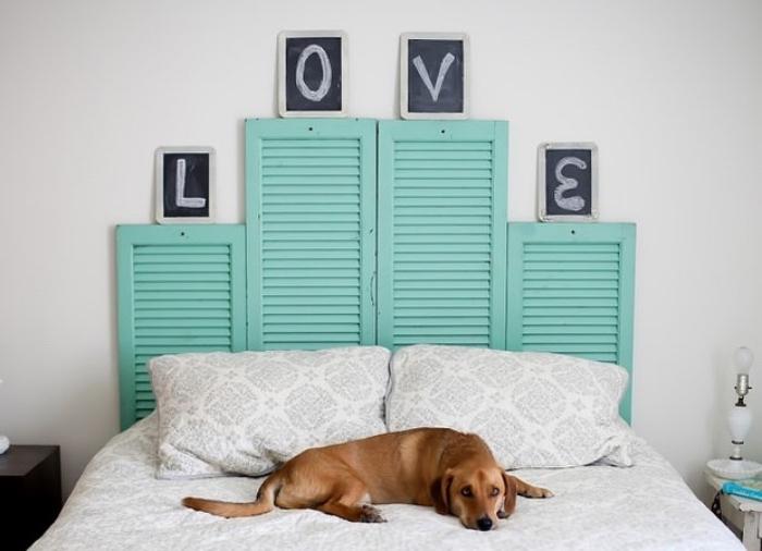idée de tete de lit a faire soi meme en volets portes, fenêtres, repeints en verte, mot amour écrit sur petits tableaux noirs, chien, linge de lit blanc et gris