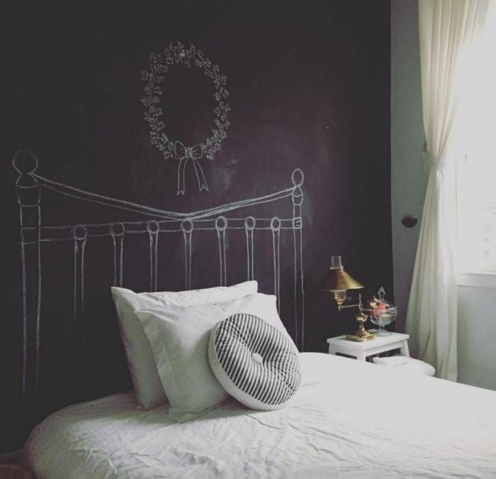 idée pour faire une tete de lit soi meme, un tableau noir, dessin tête de lit à la craie, linge de lit blanc, diy deco chambre moderne
