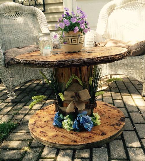touret bois table de jardin, decoration de fleurs, canapé en rotin, amenagement jardin, deco exterieur campagne chic