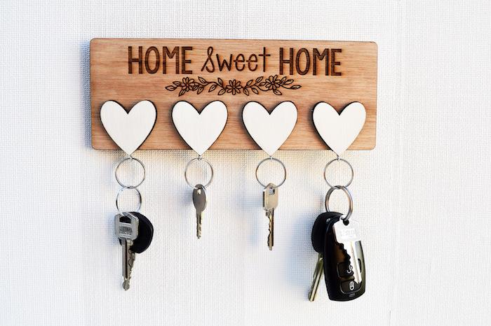 objet personnalisé, quel cadeau pour les parents, surprise maison, porté-clé en bois, coeurs