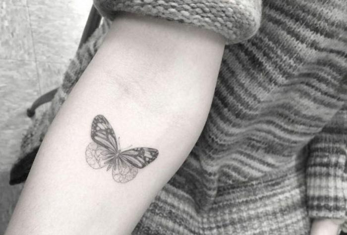 Tatooage femme tatouages femmes idée tatouage original femme papillon sur la main