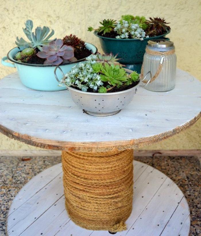 amenagement jardin, touret table basse, avec de la corde enroulée, decoration florale, plantes succulentes, que faire avec un touret