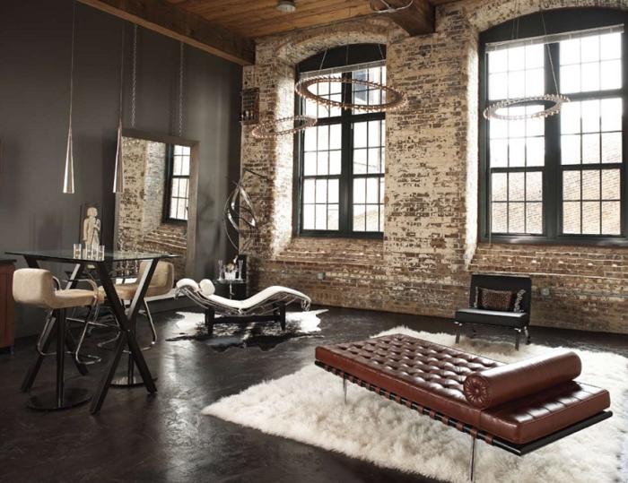 miroir industriel, chaises de bar en cuir blanc avec pieds en fer forgé, table en verre et fer, lampes suspendues métalliques