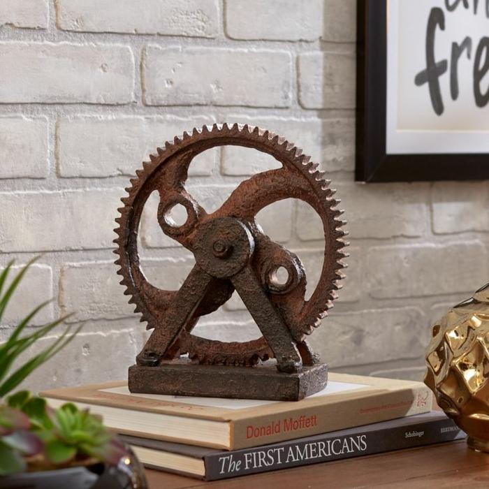 meuble industriel, livres, plantes vertes, cadre photo noir, sticker art print, figurine décorative en or, murs blancs