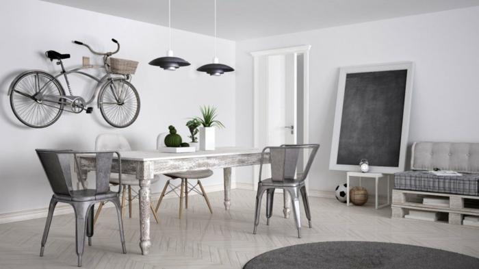 deco industrielle, vélo gris, panier en paille, chaise industrielle, table en bois, tableau noir, canapé blanc boutonné