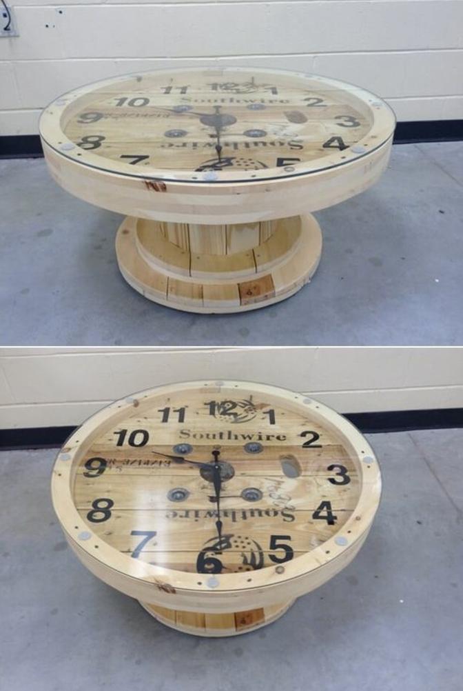 idée originale de table en touret, horloge intégrée, flèches et chiffres, deco exterieur à réaliser soi meme