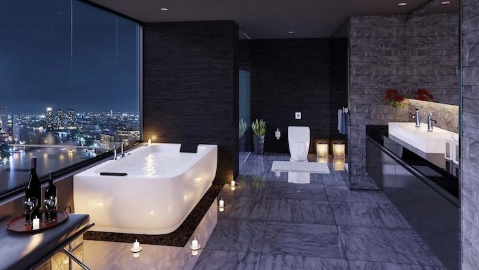 salle de bain moderne, cuvette wc, bouteilles de vin, dalles sol gris foncé, bouquet de fleurs rouges, lavabo à poser céramique
