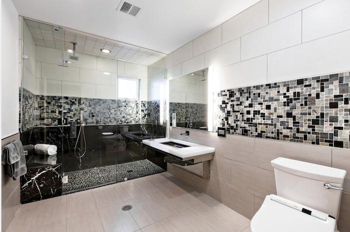 salle de bain moderne, cuvette wc céramique, dallage beige, paroi en verre, porte-serviette