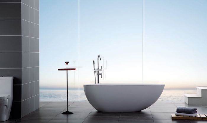 modele salle de bain, dallage noir, vue sur la mer, deco salle de bain, petite table en bois, serviette blanche
