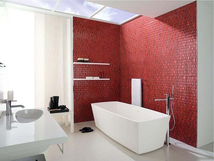 decoration salle de bain, dallage blanc, fenêtre de plafond, rideaux longs, banc blanc, murs rouges