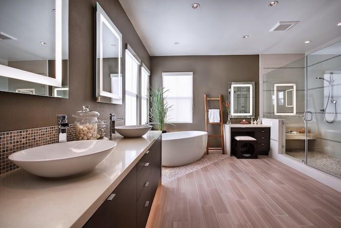 meubles salle de bain, miroirs rectangulaires, couleur taupe poudré, paroi en verre, baignoire blanche